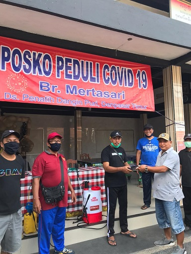 ANGGOTA Fraksi PDIP DPRD Kota Denpasar, Putu Gede Menala Wisnawa menyerahan sumbangan diterima Ketua Satgas Gotong Royong Covid-19 Banjar Mertasari. Foto: ist