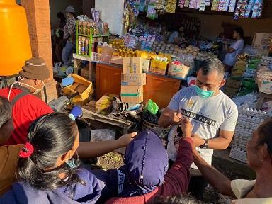 IKATAN Keluarga Alumni Pendidikan Tinggi Kepamongprajaan (IKAPTK) Kabupaten Karangasem Jumat (10/4/2020) turun ke kompleks perumahan dan pasar menyosialisasikan PHBS dan membagikan 1.000 lembar masker kepada masyarakat. Foto: ist