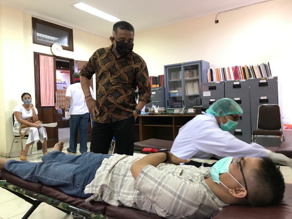KETUA KPU Bali, I Dewa Agung Lidartawan, saat memantau kegiatan donor darah di KPU Denpasar, beberapa waktu lalu. Foto: Ist