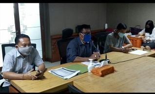 TIM Pengendalian Inflasi Daerah (TPID) Denpasar dikoordinir Sekda Kota Denpasar, AAN Rai Iswara selaku pelaksana harian melakukan teleconfarance, Senin (6/4) dengan Kepala Perwakilan Bank Indonesia (BI) Provinsi Bali, Trisno Nugroho, hingga dengan pimpinan Bulog Bali, dalam pembahasan inflasi daerah pada pencegahan Covid-19. Foto: ist
