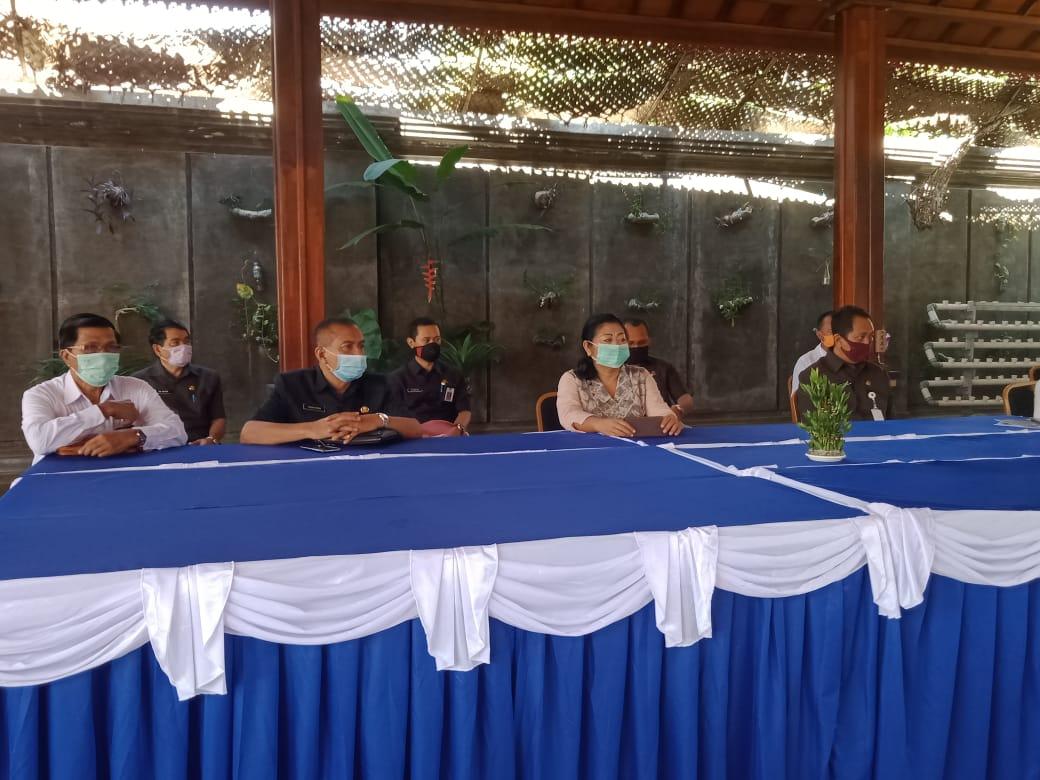 Bupati IGA Mas Sumatri menyampaikan kebijakan yang diambil untuk penanganan Covid -19 di Karangasem. Foto: adi sudha