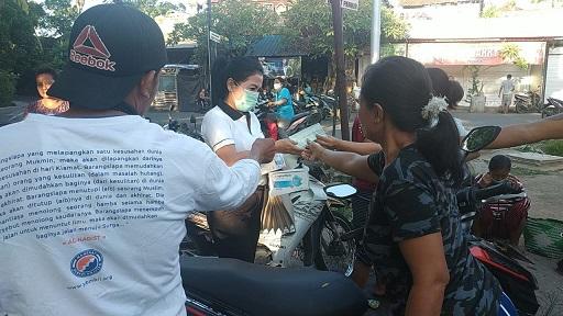 KETUA Komisi 4 DPRD Gianyar, Ni Made Ratnadi, membagikan masker di Desa Medahan, Blahbatuh. Foto: adi