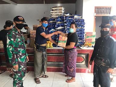 BANJAR Adat Padangsumbu Klod, Desa Padangsambian Klod, Denpasar membagikan paket sembako kepada seluruh warganya, Kamis (16/4/2020). Foto: ist