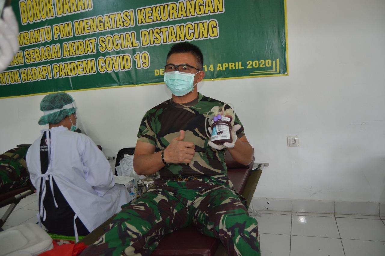 PANGDAM IX/Udayana, Mayjen TNI Benny Susianto, menunjukkan kantong darah usai mendonorkan darah di aula Kesdam Udayana, Selasa (14/4/2020). Foto: Ist