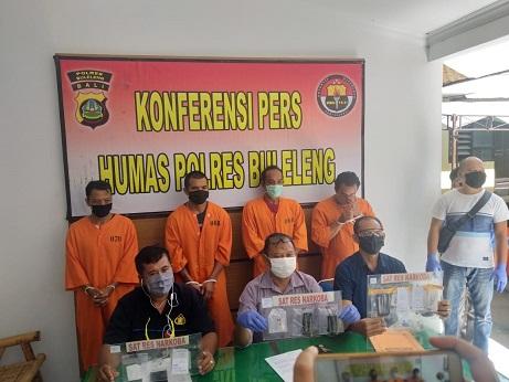 JAJARAN Polres Buleleng menunjukan empat tersangka kasus narkoba dan barang bukti yang diamankan di Polres Buleleng. Foto: rik