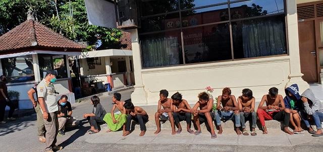KASATPOL PP Kota Denpasar, I Dewa Gede Anom Sayoga, saat memberikan pembinaan kepada anak punk sebelum dipulangkan ke daerah asalnya. Foto: ist