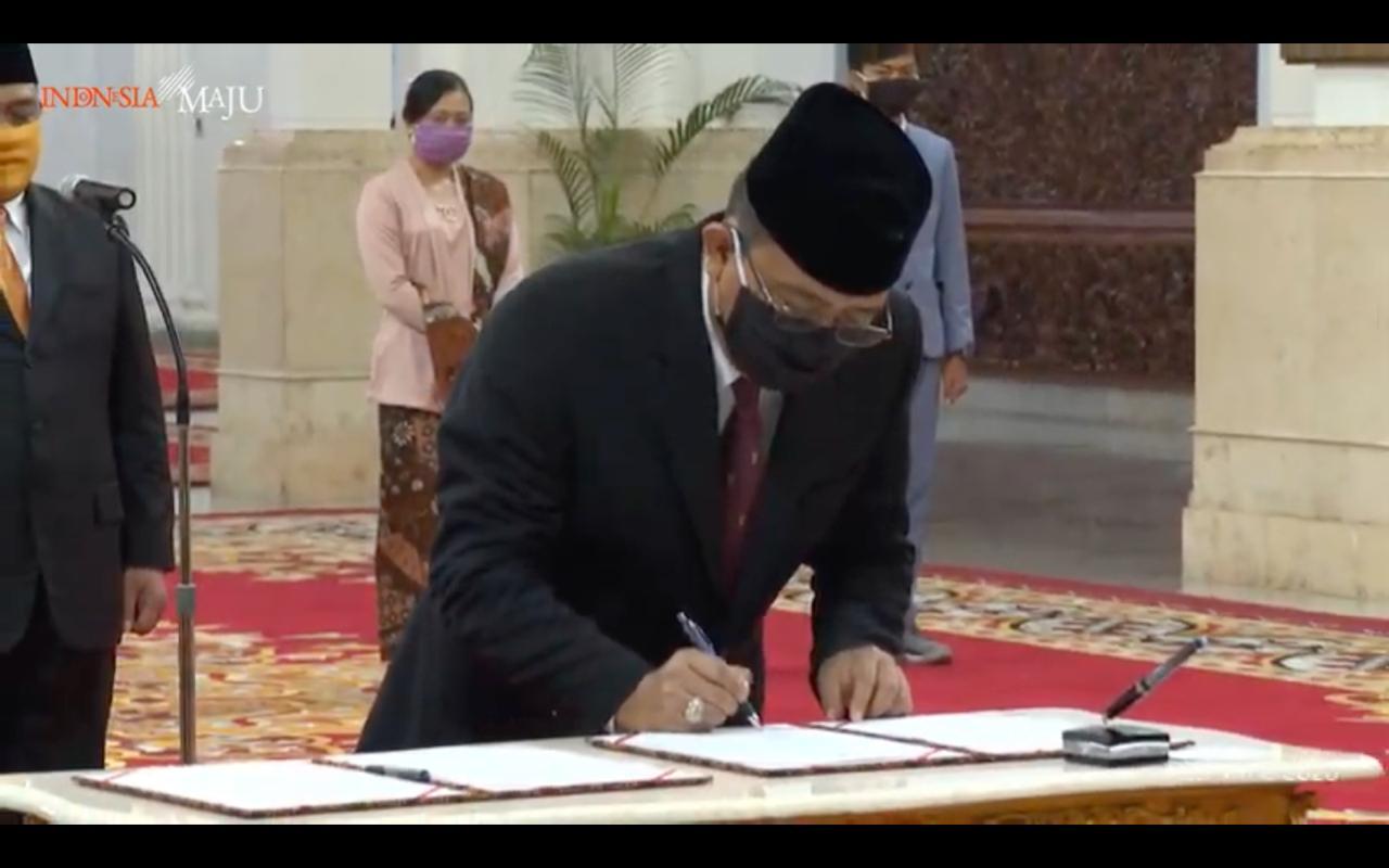 I Dewa Kade Wiarsa Raka Sandi saat dilantik Presiden Joko Widodo di Istana Negara, Jakarta, Rabu (15/4/2020). Foto: Ist
