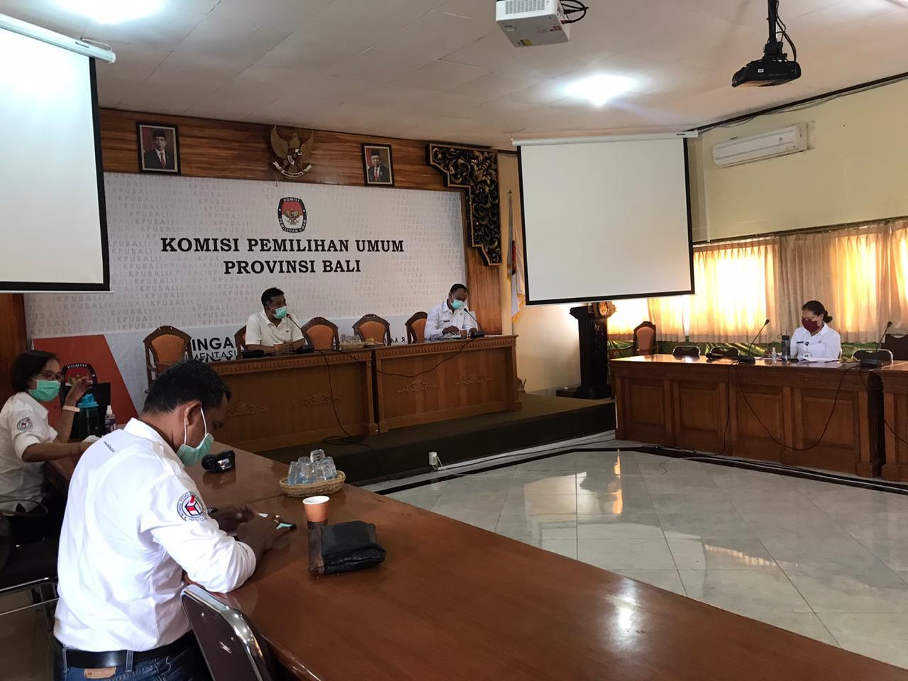RAPAT pleno KPU Bali dengan menerapkan penjarakan fisik, Senin (6/4/2020). Foto: Ist