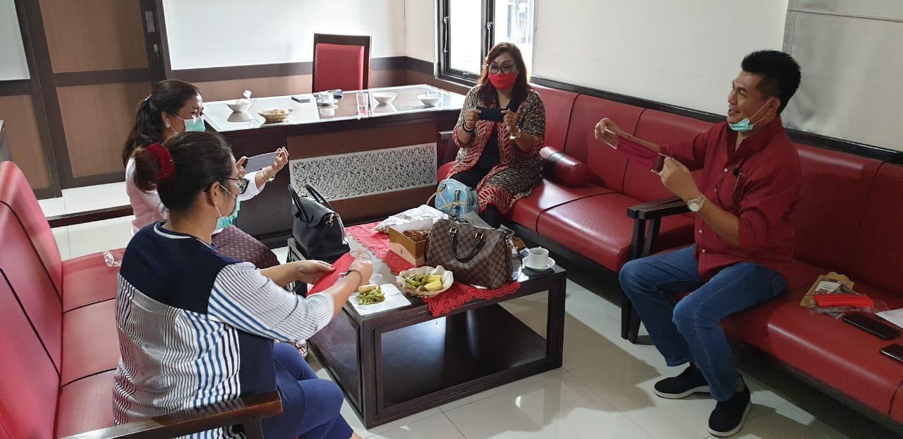 """KETUA Fraksi PDIP DPRD Bali, Dewa Made """"Jack"""" Mahayadnya, bersama kolega fraksinya memeriksa masker kain yang dipesan dari penjahit lokal untuk dibagikan ke masyarakat. Foto: gus hendra"""