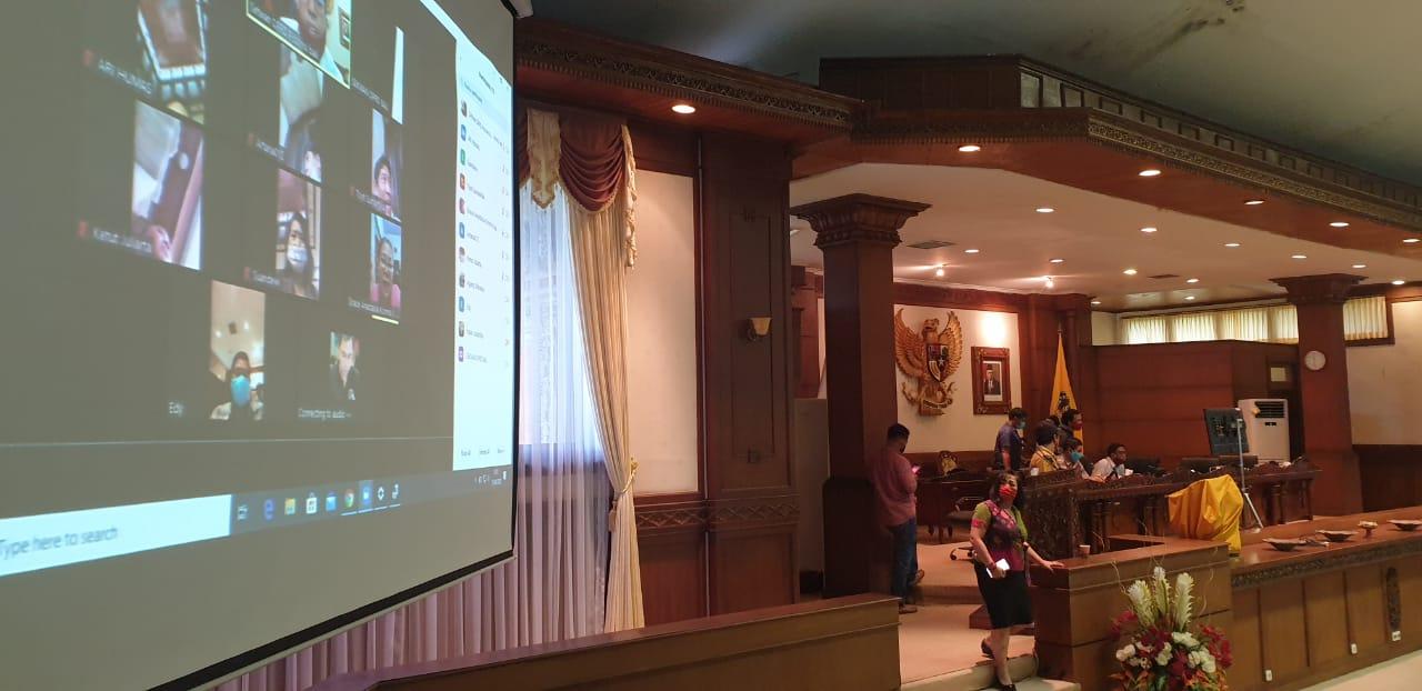LAYAR lebar dipasang di sisi kiri dan kanan meja pimpinan rapat paripurna DPRD Bali, Rabu (15/4/2020) untuk persiapan rapat paripurna secara virtual. Namun, waktunya belum ditentukan. Foto: gus hendra