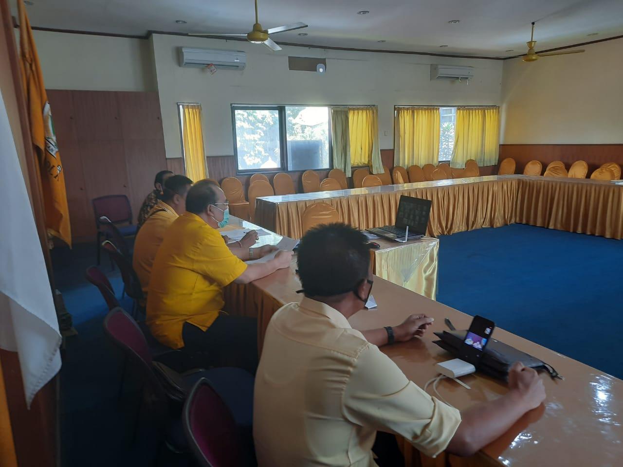 PENGURUS harian DPD Partai Golkar Bali saat rapat virtual perdana di kantor DPD Partai Golkar Bali, Rabu (29/4/2020). Foto: Ist