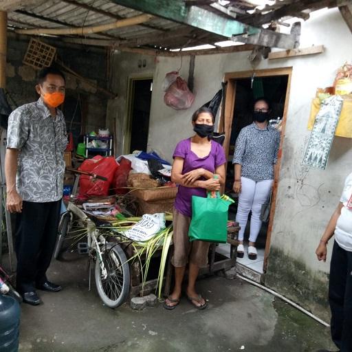 PENYERAHAN bantuan sembako kepada keluarga kurang mampu terdampak Covid 19 di Kota Denpasar, Senin (6/4/2020). Foto: ist