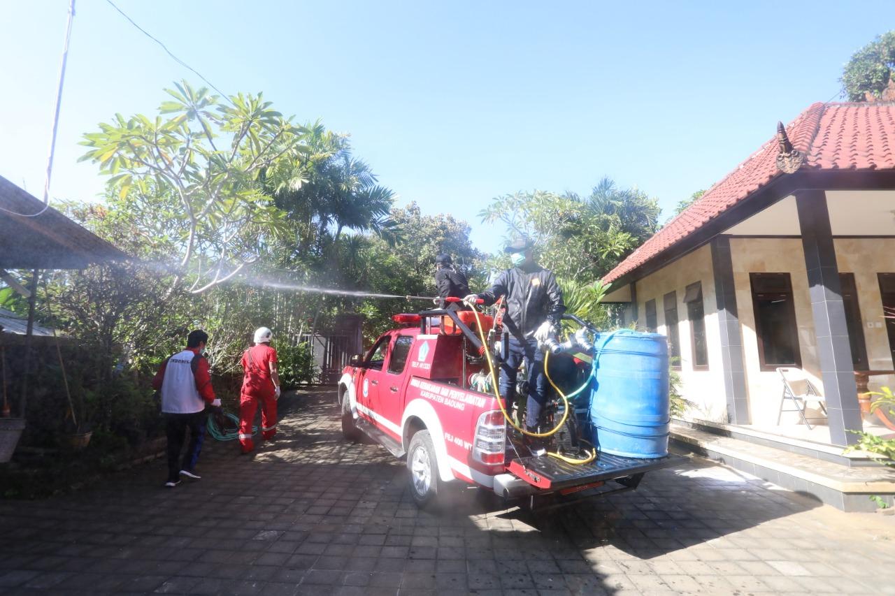 PETUGAS BPBD Badung menyemprotkan disinfektan ke rumah warga. Foto: Ist