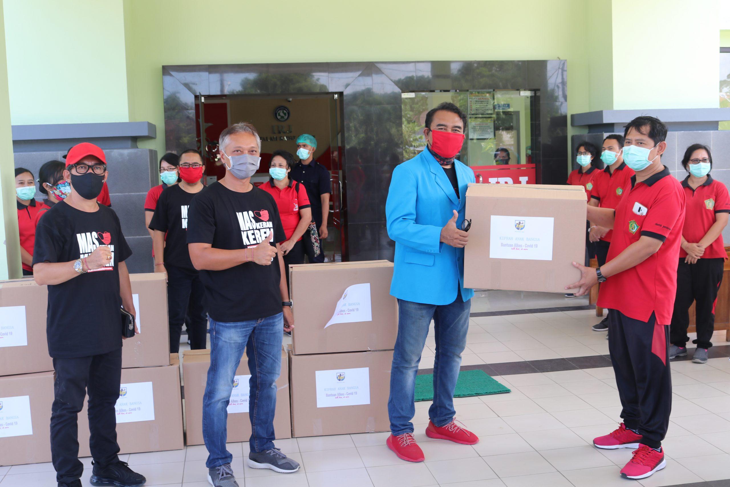 DPD KNPI Bali saat menyerahkan APD kepada tenaga kesehatan Jembrana di RSU Negara. Foto: manu