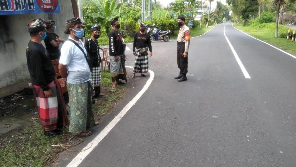 DESA adat di Kecamatan Penebel, Tabanan melakukan sipeng sehari, Rabu (22/4/2020), terkait ada upacara mengening peneduh jagat di Pura Besakih, Karangasem. Foto: ist