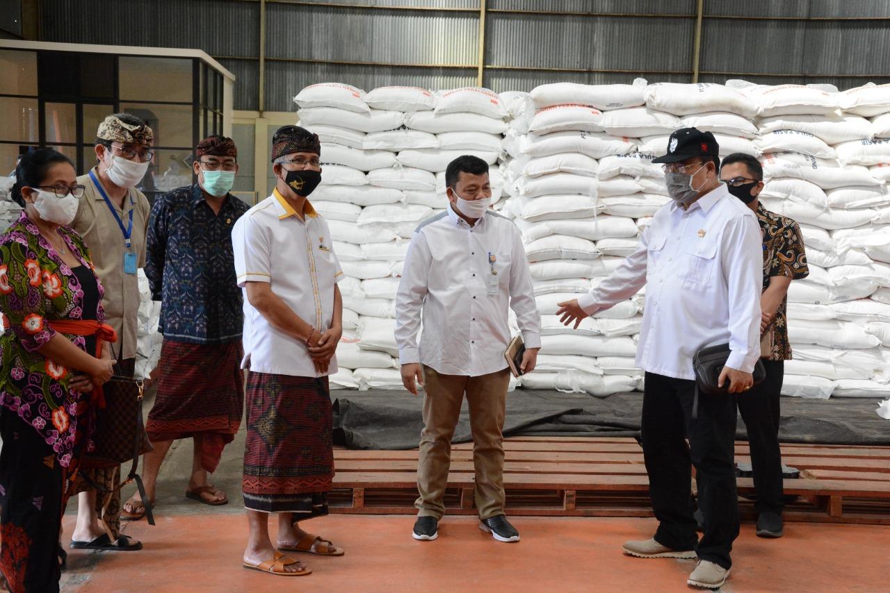 SUGAWA Korry bersama Komisi II DPRD Bali saat memeriksa gudang Dolog, Kamis (30/4/2020). Foto: Ist