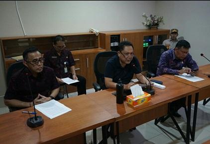 WALI KOTA Denpasar, IB Rai Dharmawijaya Mantra bersama Wakil Wali Kota Denpasar, IGN Jaya Negara, serta Sekda Kota Denpasar saat memberikan keterangan pers terkait penanganan Covid-19 di Kota Denpasar beberapa waktu lalu. Foto: istimewa