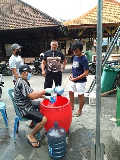 SUASANA Pembagian disinfektan di kawasan Banjar Abian Tubuh, Kesiman, Denpasar. Foto: istimewa