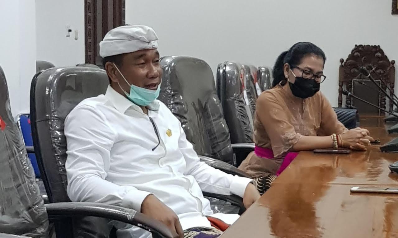 KETUA Pansus LKPJ Bupati 2019, Ketut Sudarsana, didampingi Sekretaris Pansus, Ni Made Ratnadi. Foto: adi