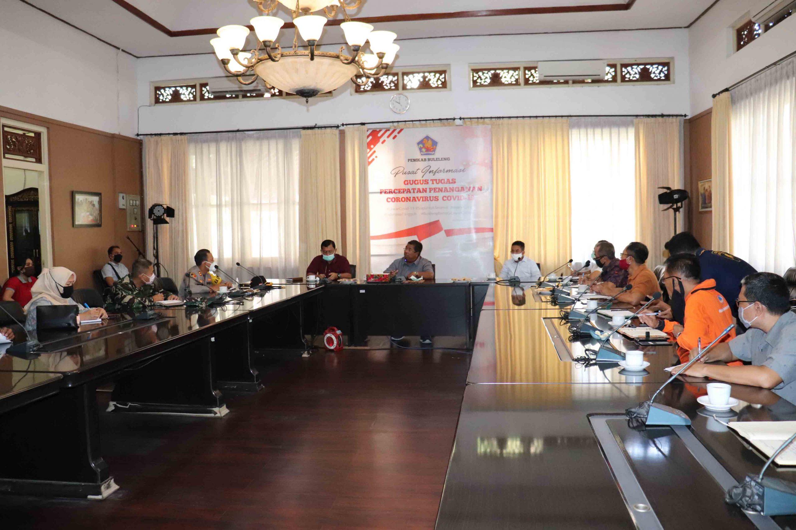 RAPAT kordinasi antara Gugus Tugas Percepatan Penanganan Covid-19 Buleleng membahas pencabutan status karantina wilayah Desa Bondalem, Buleleng. Foto: arik
