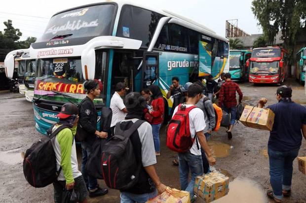 SUASANA mudik Lebaran pada tahun lalu. Di tengah pandemi Covid-19 ini, Presiden Joko Widodo kembali mengingatkan rakyat Indonesia untuk tidak mudik untuk melindungi keluarga dari paparan Corona. Foto: net