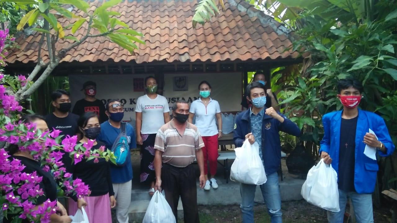 PENA 98, DPD Pospera Bali dan DPD KNPI Bali menginisiasi aksi kemanusiaan dengan mendirikan posko kemanusiaan di Warung Bencingah Gede Puputan Denpasar. Foto: ist