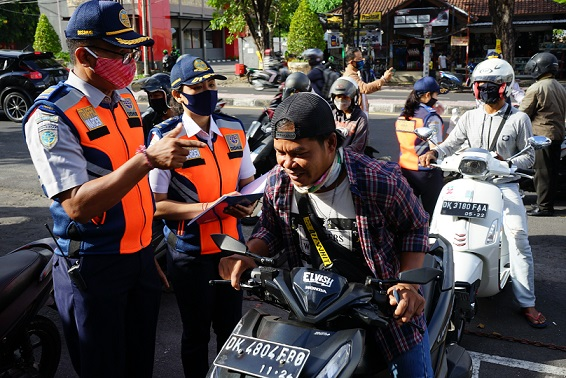 PEMERIKSAAN pengendara di pos perbatasan Jalan Gatot Subroto, Denpasar, Jumat (15/5) terkait pelaksanaan PKM. Foto: ist