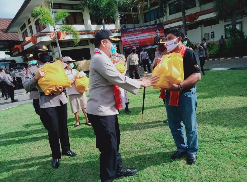 KAPOLRES Tabanan AKBP Mariochristy Panca Sakti Siregar membagikan bingkisan sembako kepada perwakilan warga Flobamora di Tabanan yang terdampak pandemi Covid-19, Jumat (15/5/2020). Foto: gagah