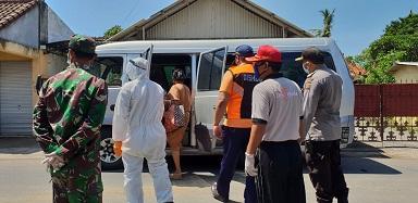 TIM Gugus Tugas Penanggulangan Covid-19 Kota Denpasar menjemput empat warga yang berstatus Orang Tanpa Gejala (OTG) di wilayah Desa Sanur Kauh, Jumat (1/5). Foto: ist