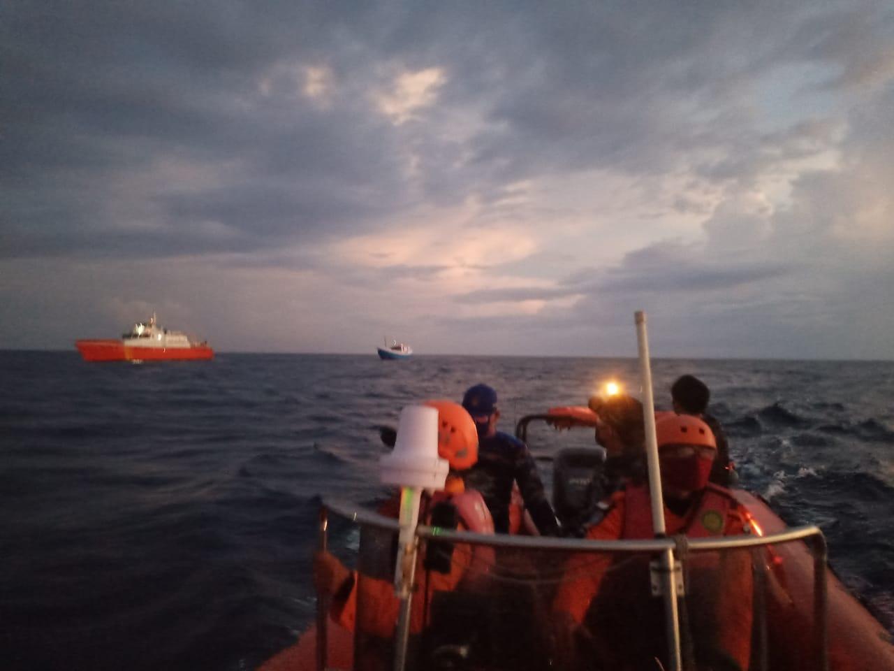 PROSES penjemputan KM Baruna Jaya Raya mengangkut ikan dari Sapeken menuju ke pelabuhan Sangsit, Buleleng, yang sebelumnya dikabarkan hilang dan berhasil ditemukan. Foto: arik