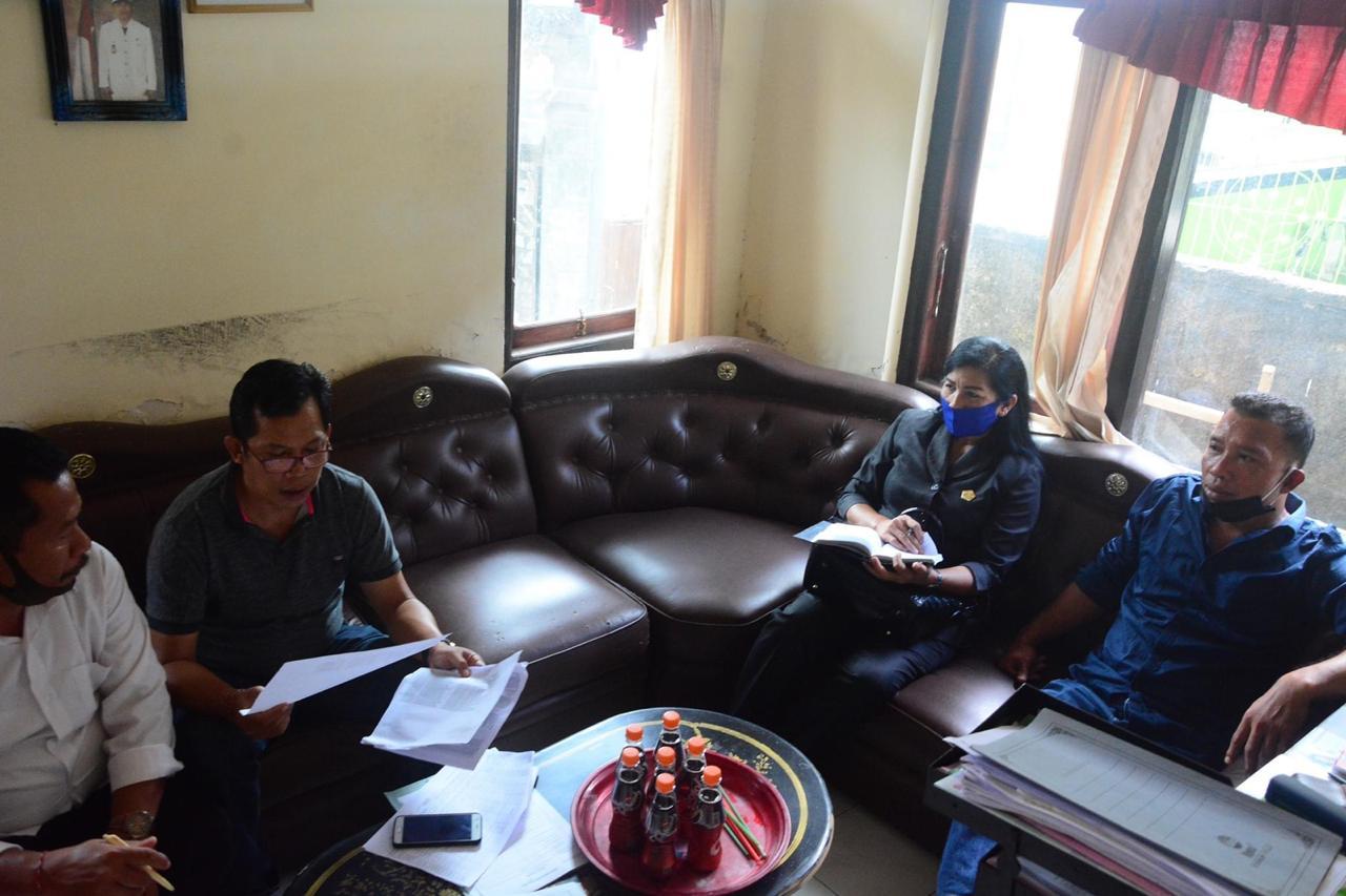 ANGGOTA DPRD Buleleng melalui Komisi III saat menyambangi beberapa desa di Kecamatan Sawan, untuk memastikan penyaluran bantuan selama pandemi Covid-19 tepat sasaran. Foto: arik