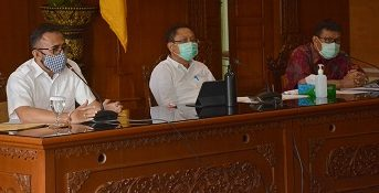 WALIKOTA Rai Mantra disampingi Wakil Walikota Jaya Negara dan Sekda Kota Denpasar Rai Iswara saat jumpa pers pemberlakuan Pembatasan Kegiatan Masyarakat, Rabu (13/5). Foto: ist