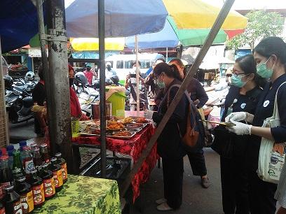 SIDAK dilakukan petugas Loka POM Buleleng terhadap pedagang makanan dan jajanan takjil di wilayah jalan Jeruk Singaraja. Foto: rik