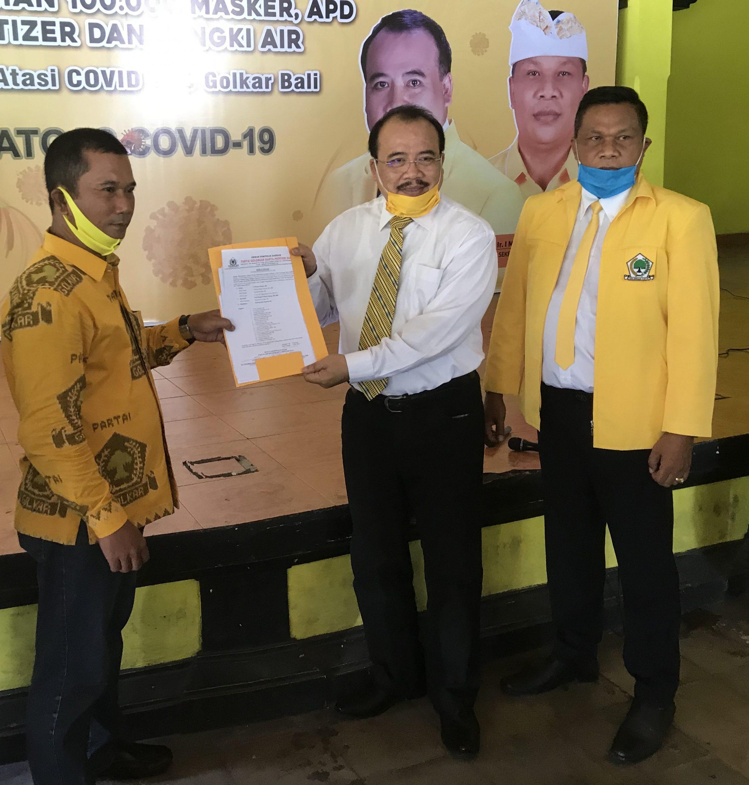 NYOMAN Muntra sebagai Ketua Badan Advokasi Hukum menerima surat penugasan dari Ketua DPD Partai Golkar Bali, Nyoman Sugawa Korry, saat peresmian lembaga baru itu, Jumat (8/5/2020). Foto: gus hendra