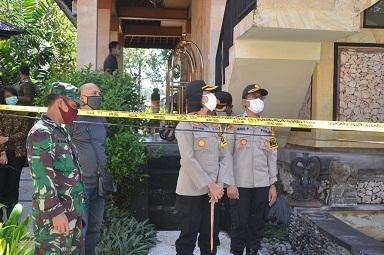 KAPOLRES Karangasem AKBP Ni Nyoman Suartini mengecek kondisi PMI Karangasem yang dikarantina di beberapa vila dan hotel, Sabtu (9/5/2020). Foto: nad