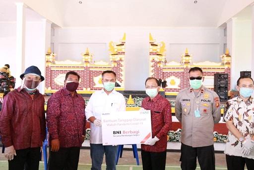 GUBERNUR Koster membagikan 1.900 paket sembako dari CSR BUMN dan Pemprov Bali untuk masyarakat Bondalem. Foto: ist