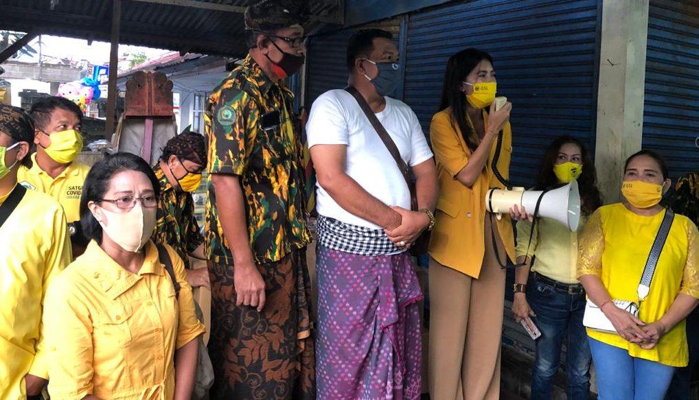 KETUA KPPG Bali, IGA Putu Ardaba Kory (pegang mik), saat memberi edukasi kepada para ibu di Pasar Bualu. Foto: Ist