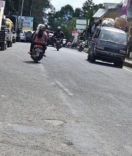 KERUSAKAN jalan raya jalur Bangli-Singaraja tepatnya dari depan SMPN 1 Kintamani hingga Kantor Camat Kintamani. Foto: gia