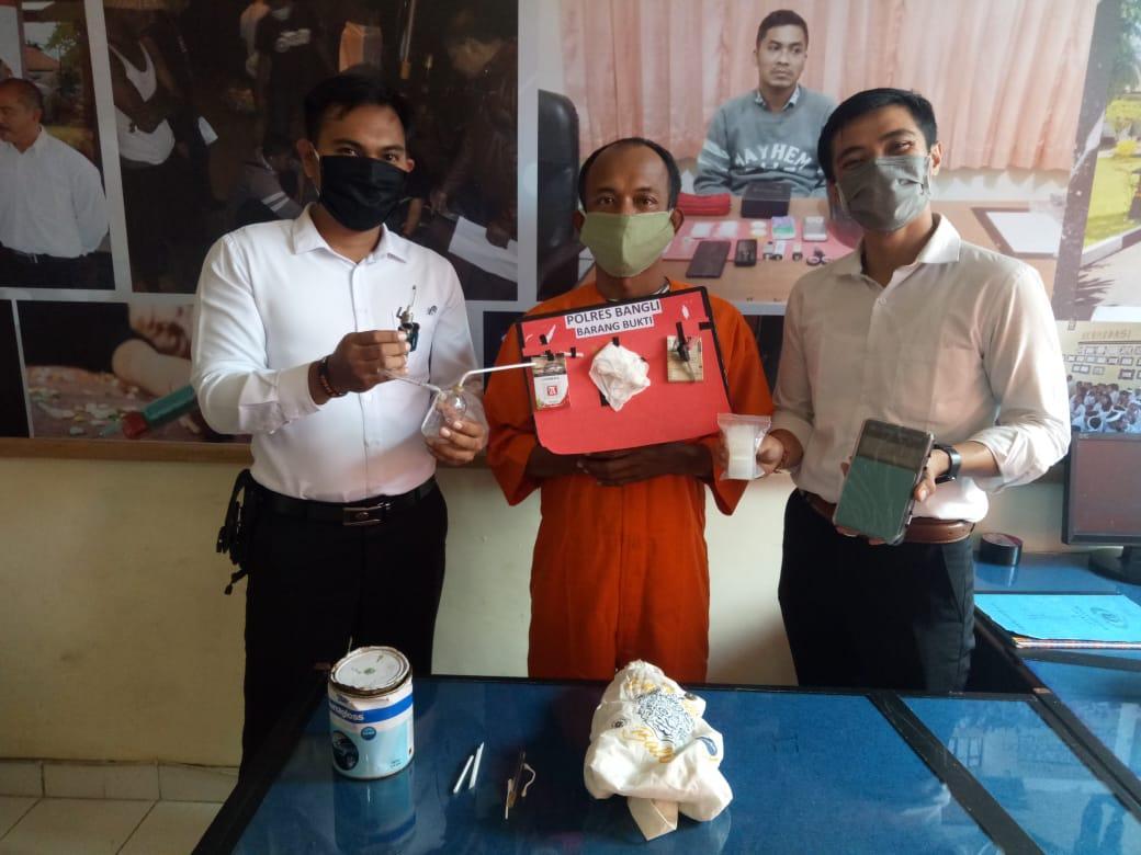SATUAN Reserse Narkoba Polres Bangli meringkus satu tersangka narkotika, Komang Tri Adnyana (39). Foto: Gia