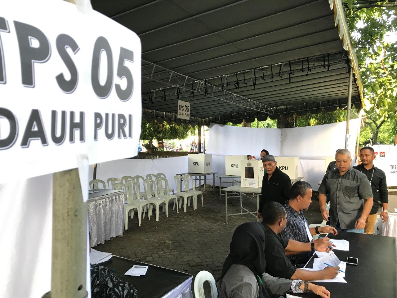WARGA menyalurkan hak pilihnya di salah satu TPS di Kota Denpasar saat Pemilu Serentak 2019 lalu. Foto: Ist