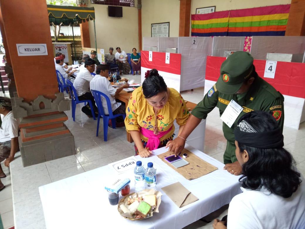 PETUGAS KPPS di salah satu TPS di Kelurahan Kerobokan, Kuta Utara, Badung melayani pemilih yang datang saat Pilkada Bali 2018 lalu. Kondisi pandemi Corona membuat sejumlah PPK merasa cemas dengan keselamatan diri saat bertugas di Pilkada Serentak 2020 ini. Foto: gus hendra