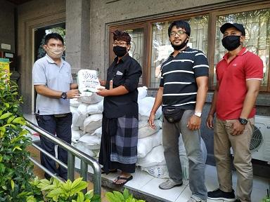PENYERAHAN bantuan sembako kepada masyarakat terdampak Covid-19 di Kota Denpasar. Foto: ist