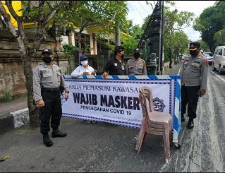 SATGAS Gotong Royong yang diinisiator oleh Satgas Banjar Dajan Tangluk Kesiman melaksanakan sosialiasi wajib masker bertepat di seputaran Jalan Surabi pada Jumat (1/5/2020). Foto: ist