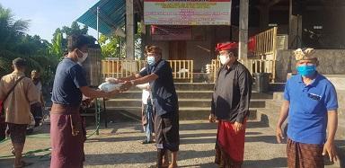 BENDESA Adat Bona, I Gusti Ngurah Yasa, menyerahkan sembako kepada warga. Foto: adi