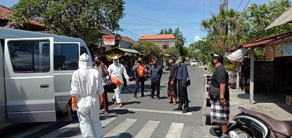 SUASANA penjemputan warga berstatus OTG di wilayah Sanur Kauh Denpasar, Sabtu (2/5). Foto: ist