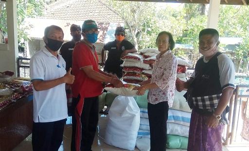 BANJAR Kerta Pala, Penatih Dangin Puri, Denpasar Timur, membagikan beras 1,5 ton bagi warga dalam upaya meringankan beban ekonomi akibat dampak dari kasus pandemi Covid-19. Foto: ist