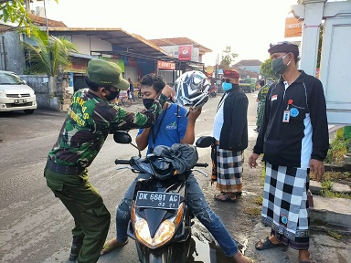 SATGAS Covid-19 Kelurahan Pedungan memperketat pemakaian masker di wilayahnya, Minggu (3/5). Foto: ist