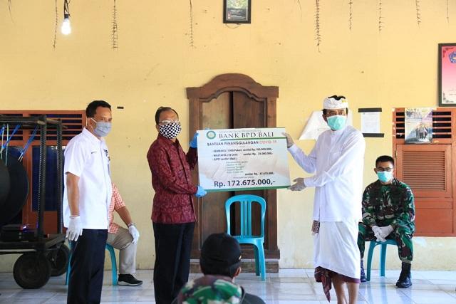 GUBERNUR Koster saat menyerahkan bantuan CSR BPD Bali. Foto: ist