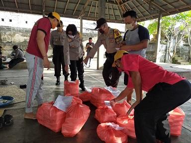 POLWAN Polres Karangasem bantu kegitan dapur umum di Desa Padangkerta. Foto: ist