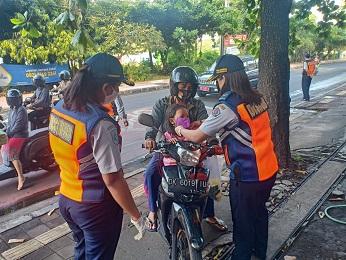 DINAS Perhubungan Kota Denpasar menggelar operasi wajib masker dan pengecekan suhu tubuh di Simpang Jalan Hayam Wuruk sampai Jalan Kapten Japa (Yang Batu). Foto: ist